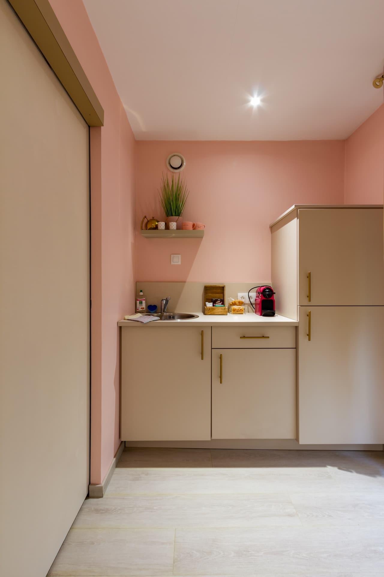 Petite cuisine équipée dans un studio