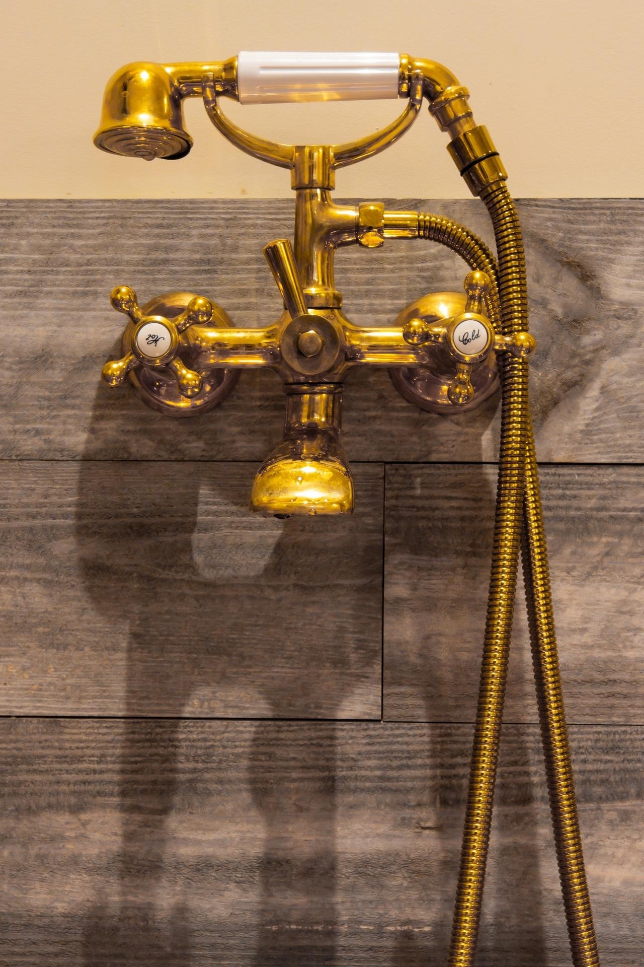Zoom sur robinet de baignoire couleur or